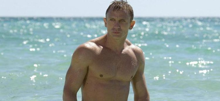 Photo of topless Daniel Craig in Casino Royale looking ripped