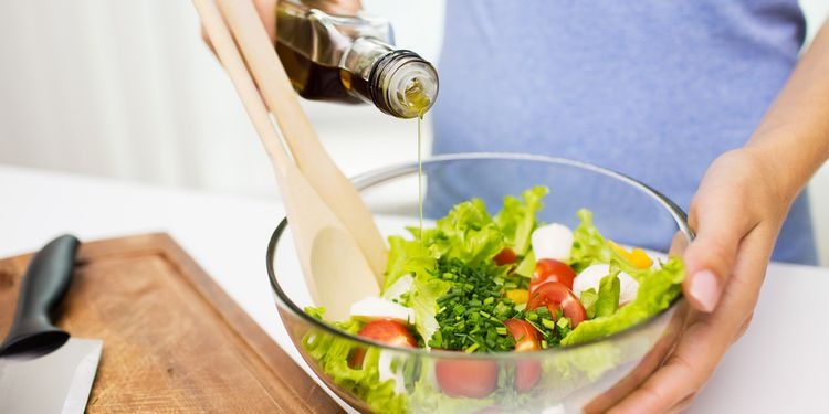 Using raw olive oil for salad dressing