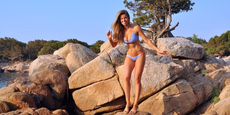 Wellness warrior Anna Victoria in bikini