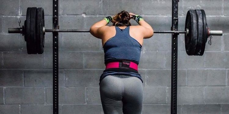 Image of the woman before liftin heavy weights